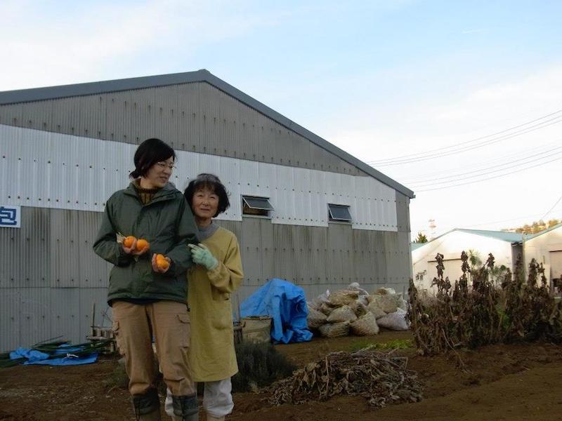 みかんの差し入れに訪れたご近所さんと。小池にも後からわざわざ柚子を届けに来てくれました。ご馳走様です!