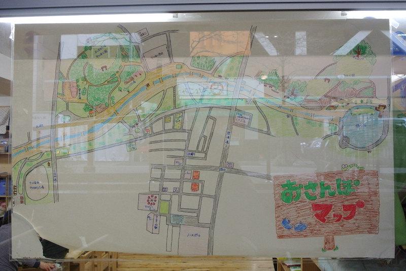 保育園の入口に貼ってある、手描きの大きなお散歩マップ。