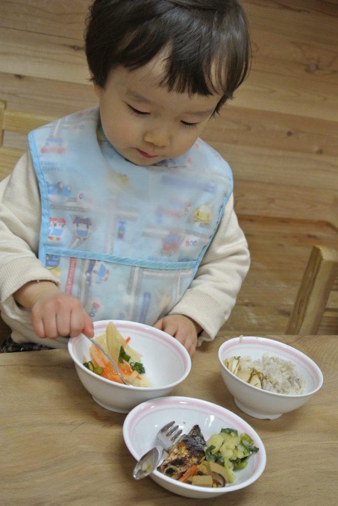 この日はお魚の日。普段家では食べてくれない野菜も、なぜかモリモリ食べる息子……。私も子どもと同じものをしっかりといただき、大満足!いつも保育園のブログで「美味しそうー!食べたい」と思っていた念願が叶いました