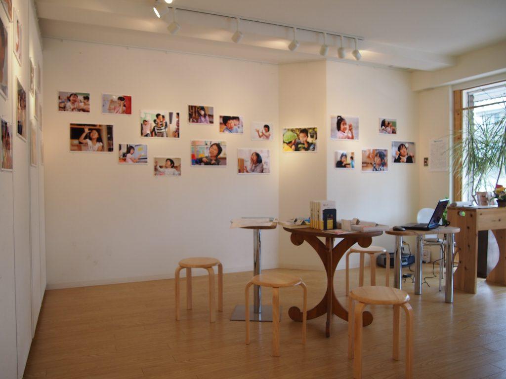 光が差し込む明るいギャラリー。絵画、写真、手芸作品などの発表の場として地域に開かれている。