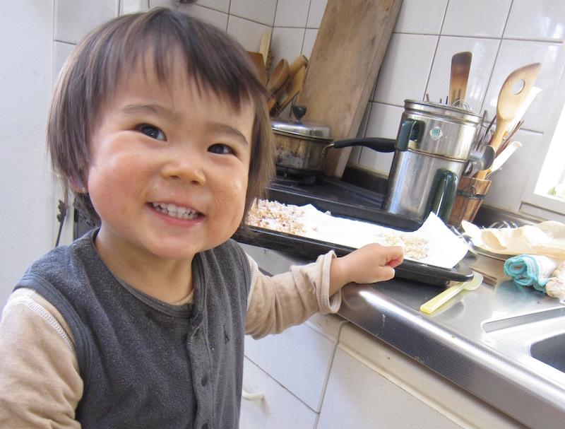 シロップをつくっている間に、オーブンで焼いたものを置いておいたら、いつの間にかつまみ食い常習犯が!!