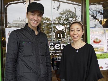 オーナーの武内正枝さん(右)とPOEPOEプロデューサーのKOKA さん(左)武内さんの美しい外見とは裏腹に、ふいに飛んでくるおやじギャグには要注意!
