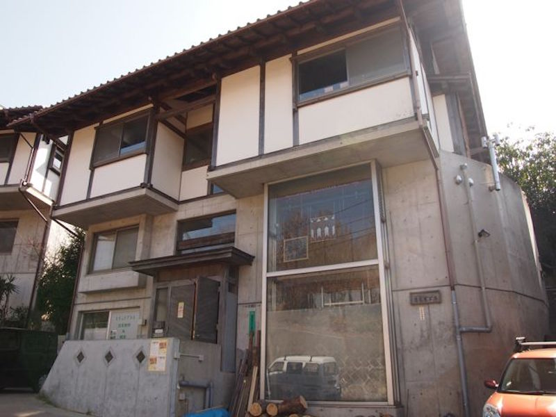 生田緑地の目の前にある圧巻の建築がステンドグラス職人加藤眞理さんのアトリエ兼住居「葛籠屋工房」。バラ園などの観光客がふらり立ち寄ることもあるという