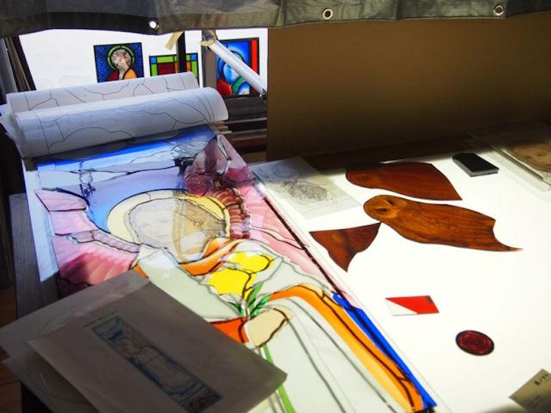 ガラスに陰影をつけたり、絵付けする作業。板ガラスに色をつけるのは酸化金属の物質であり、酸化鉄を加えて溶解すると緑、あるいは金を加えてピンクなどにするそう。ガラスの絵付けは化学の世界……おもしろい!