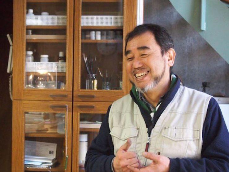 大らかな笑顔と気さくな関西弁の加藤眞理さん。「100軒の建物には100通り、現場に出て全て違うステンドグラスをつくる。僕は作家というよりは職人ですね」