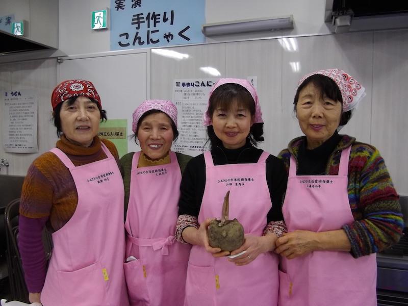 自生しているというこんにゃく芋を見せてくださった山田美智子さん、他3名のみなさん