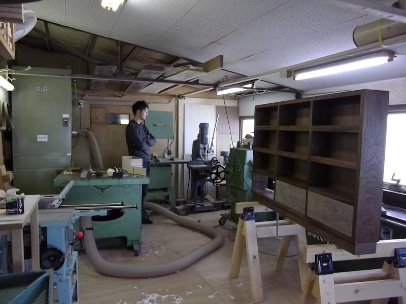 作業場にもお邪魔しました。中央の棚は現在製作中の品