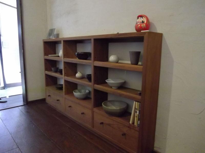 飾り棚に寺本さんの選んだ陶器が並び、空間に調和している