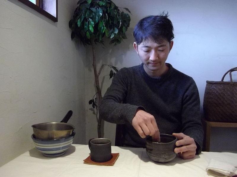 ショウルームの棚には抹茶の茶碗と茶せん。これは??と伺ったところ 「よく自分でささっと点てて飲むんです。祖母がいつもインスタントドリンクとして