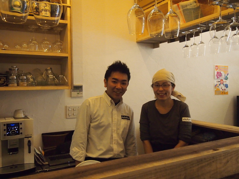 オーナーの安良城慎也さん、菜穂子さん夫妻。5歳と1歳のお子さんの子育てをしながらがんばっている