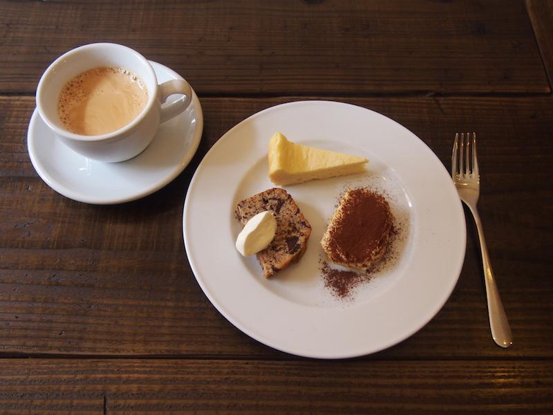 ランチ後のプチデザートは、ひとつ100円! 写真上から時計回りに、チーズケーキ、ティラミス、チョコバナナパウンドケーキ。香りよく深い味わいのコーヒー(ランチドリンク200円)と一緒に