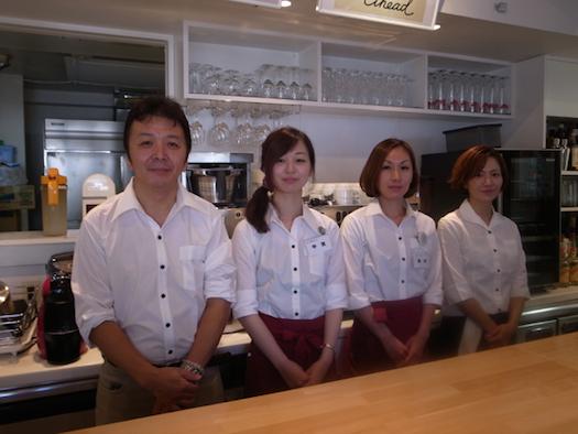 お昼の調理担当の千田さんとスタッフの方々。スタッフは他にも13名いる