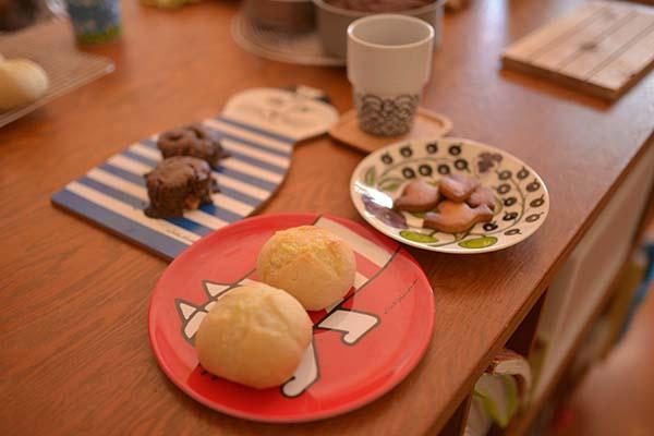 奈々さんが用意してくれたお菓子とパンのセット。どれもこれもシンプルな素材の味が生かされて、滋味深い味だった