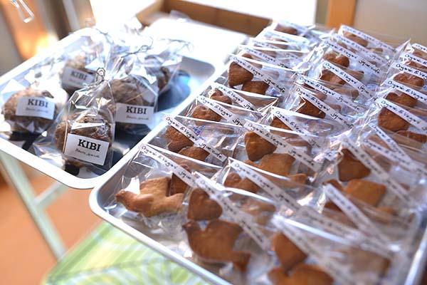 納品用に可愛くラッピングされたお菓子たち。可愛いラベルは奈々さん作で、ラベル作りもとても楽しい作業とのこと