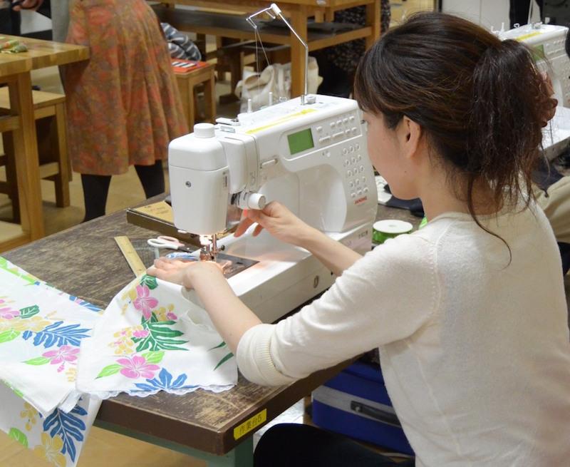 結婚式を控えているという女性。クッキーを入れる巾着を縫っていた。「結婚式の時にお友達にプレゼントするから、たくさん作るんです!」