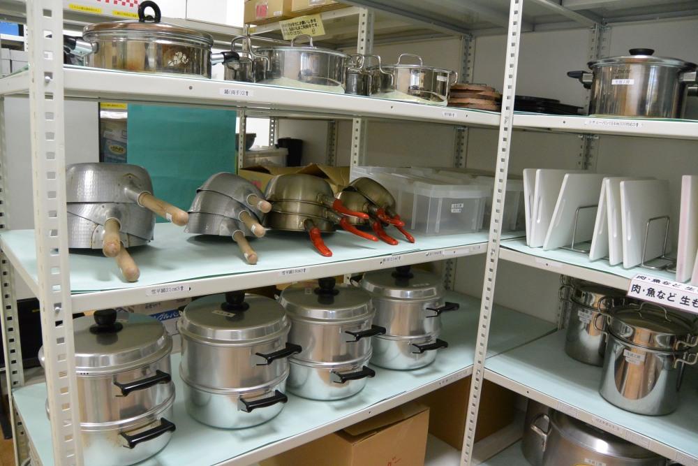 鍋などの調理器具や食器類も種類が豊富で、どんなものでも作れそう