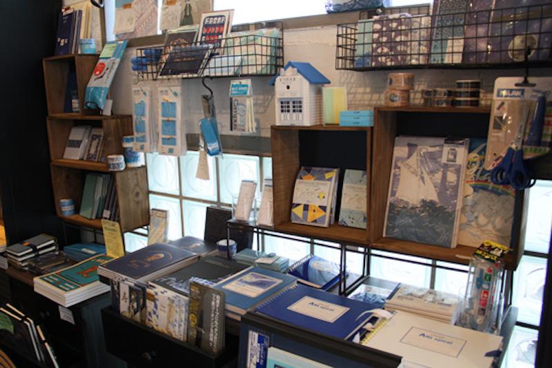 ブルーで統一されたコーナー。屋根付きのおうちは鉛筆削り