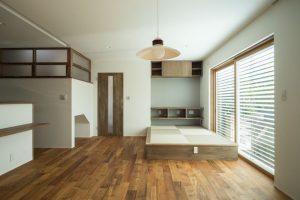 (完成後)1階のリビングに、外付けブラインドからの優しい光が室内の奥まで広がる