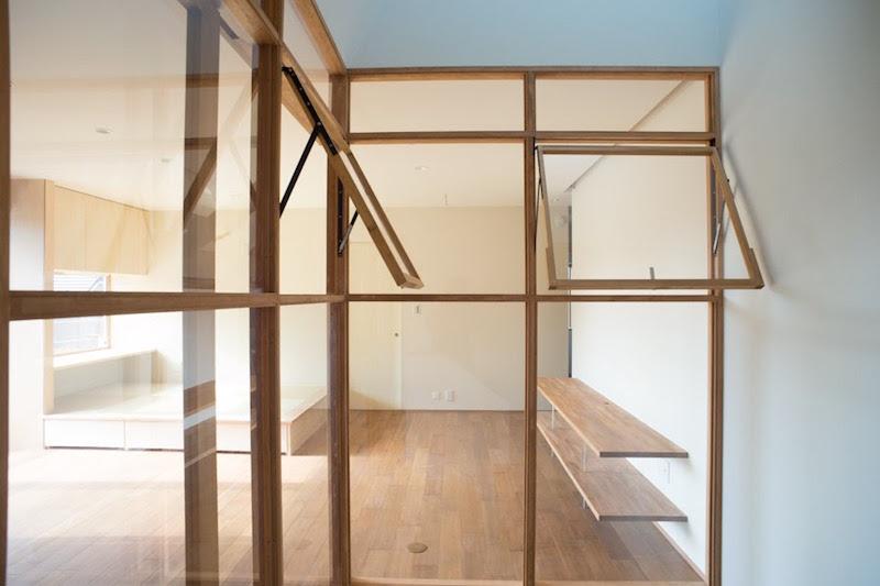 (完成後)2階の子世帯のリビングにある、階段室。プライバシーを守るために窓で仕切っているが、その窓を開け閉めすることで、直接声を掛け合ったり、夏の暑い日に換気をすることができる