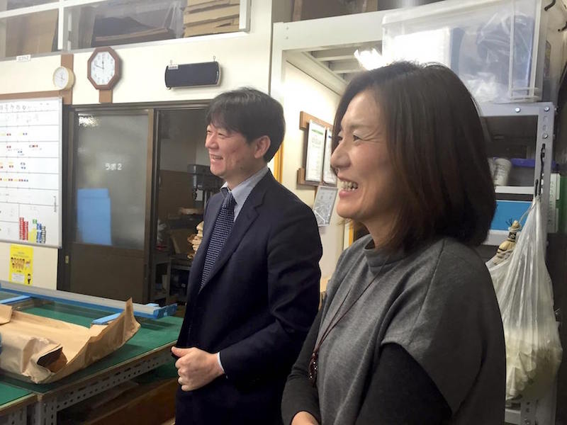 スリーハイ本社1階の工場にて、社員さんとの会話を楽しむ男澤社長(左)と蟹江さん