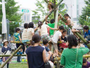 お馴染竹タワー。シンプルなのに、一番人気です。小さい子も大きい子も、登る登る!大人はそんな子ども達をそっと見守ります (写真:藤吉光恵)