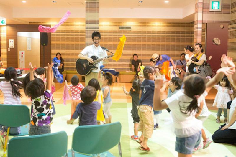 荒巻シャケさんのあそびうたに、子ども達大盛り上がり!(写真:藤吉光恵)