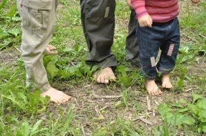 大人も子どもも裸足に。ちょっとひんやりした土が気持ち良い