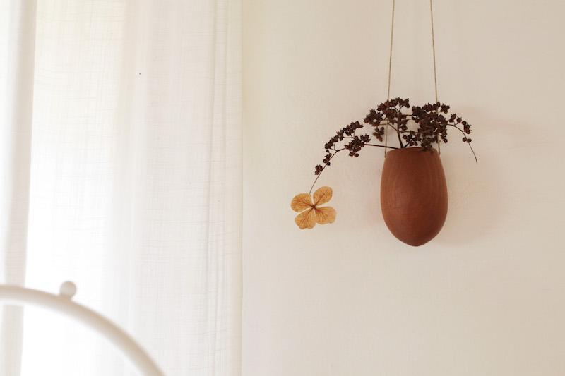 登山でみつけた紫陽花のドライを麻ひもで吊るされたすてきなTree potにさりげなく