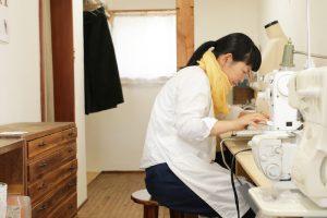カタカタカタカタ……ミシンの音が響く。糸くず用の白い作業エプロンが新鮮