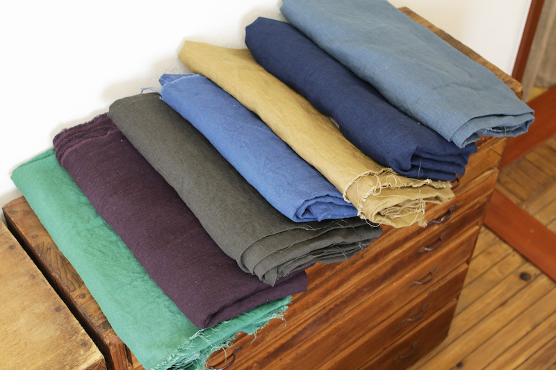 SPLUSのもう一つの顔、すべてオーダーが入っているパンツ用のカラーリネン。シンプルなシャツにこんなに美しい色のパンツ、着こなしてみたい。春はこれらの色でもシャツワンピースのオーダーが入ったそう。すてき!!