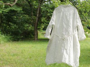 グレーベージュより裾が短めのホワイト。紐はこうしてリボンにしたり、ルーズにたらしたり、紐使いでもシャツワンピースの表情を楽しめる