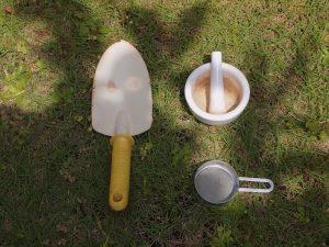 スコップ、乳鉢と乳棒、ふるい。あとはビニール袋があれば土の採取開始!