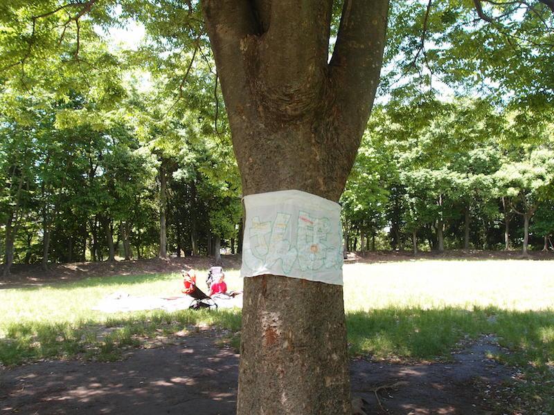 「さんぽのわっ」が開かれている日には、けやきの木に旗がかかっている
