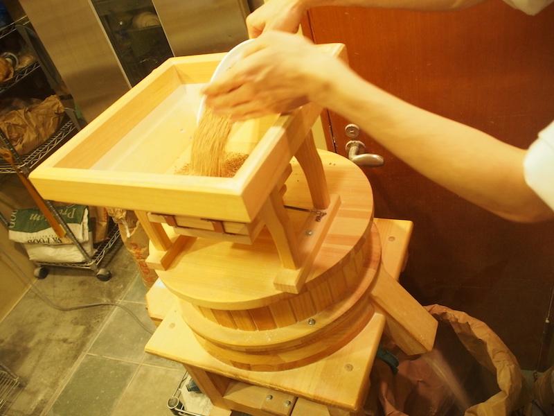"""オーストリア製の美しい製粉機。ビオ コンプレの自慢。この製粉機は菅野さんが思う""""日本で一番おいしいパン屋さん""""と同じもの"""