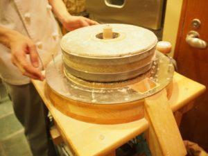 解体までして製粉機の中を見せてくださいました。大事な石臼の部分。繊細な小麦の味はここから生まれる