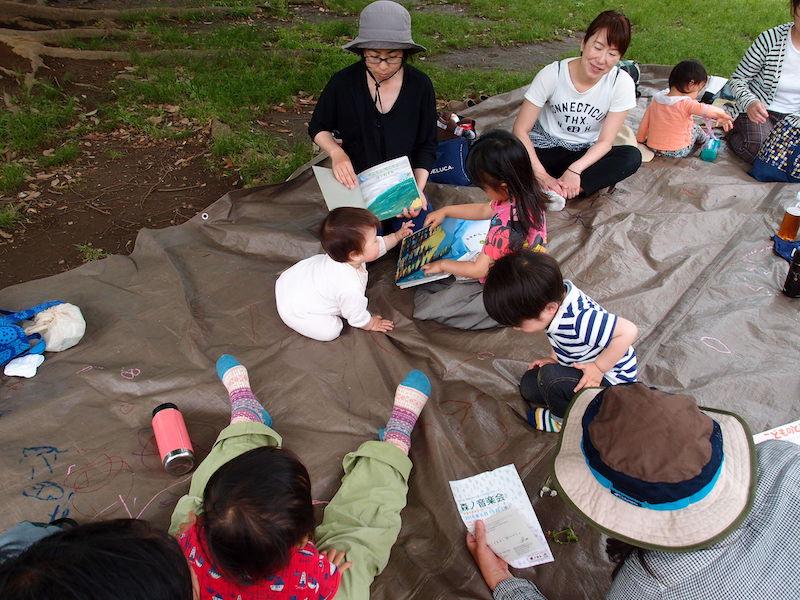 さんぽのわっのもう一人の主催者、みずきさん。みずきさんは絵本を読むのが上手。子どもたちに大人気