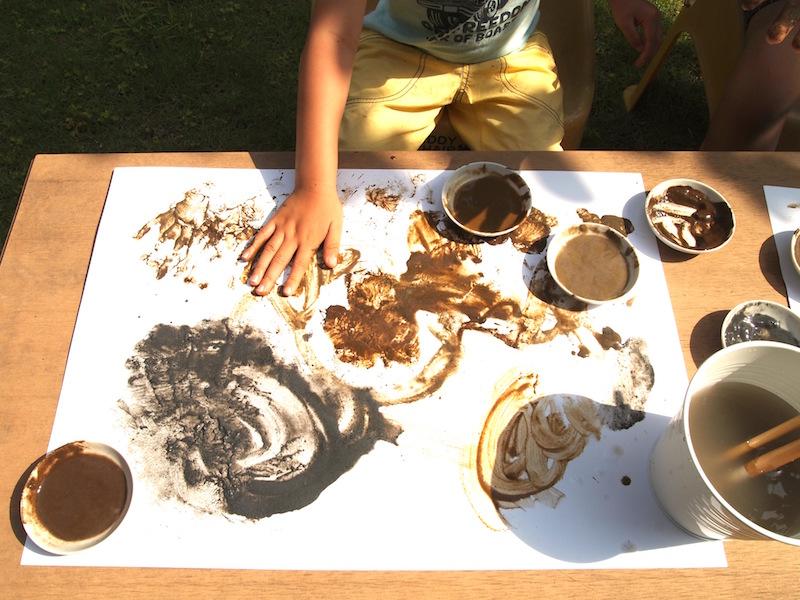 泥んこあそびの要領で、手で直接描く息子。