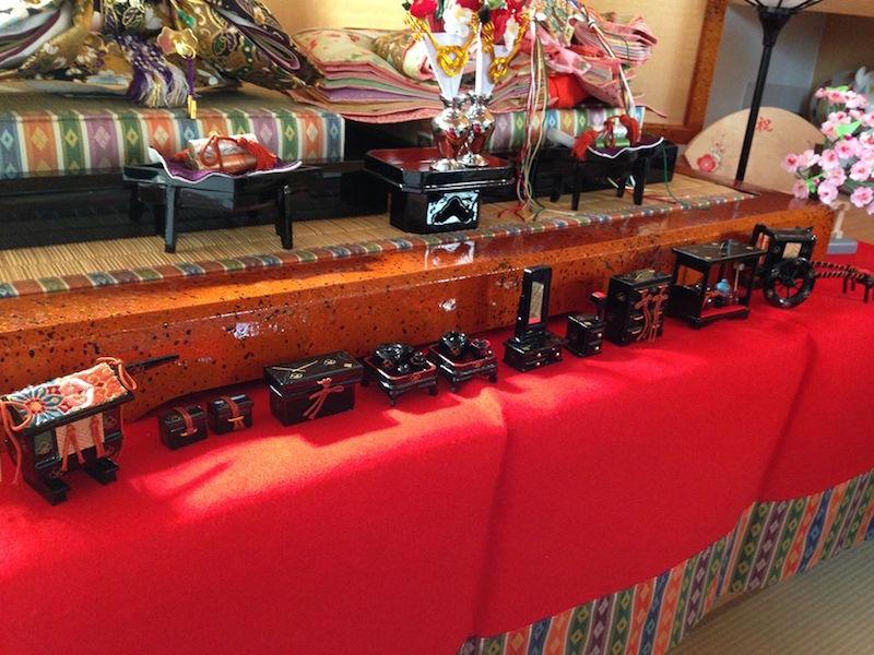 親王飾りの前に並ぶお道具たちは、静岡の職人さんによってひとつひとつ丁寧につくられた漆塗りのもの