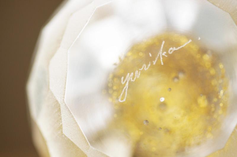 仕上がった「ガラスのひな人形」を手にとり、おもむろに底をみると「yurika」と名が。心を込めてつくった一点ものの証