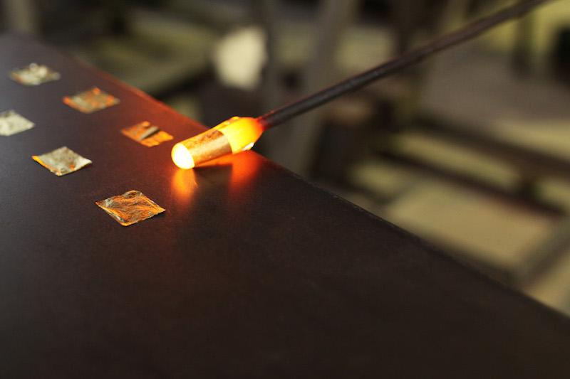 熱いガラスを転がしながら金箔をつける