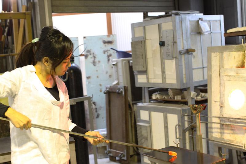 金箔とガラスをぐちゃぐちゃとすばやく混ぜ、約1200℃のグローリーホール(ガラスを入れたり出したりして、ガラスを一定に保つための炉)に入れ、再びガラスの温度を上げる