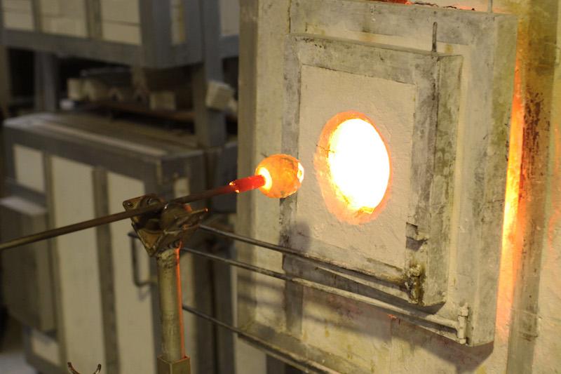 グローリーホールに入れて、表面を焼いて溶かしてツヤを出す。「ファイヤーポリッシュ」という技