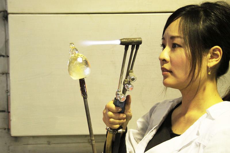 切った後の鋭利な部分に熱を加えて丸みをつける。そして480℃の徐冷炉に入れて、ひと晩かけて冷ます