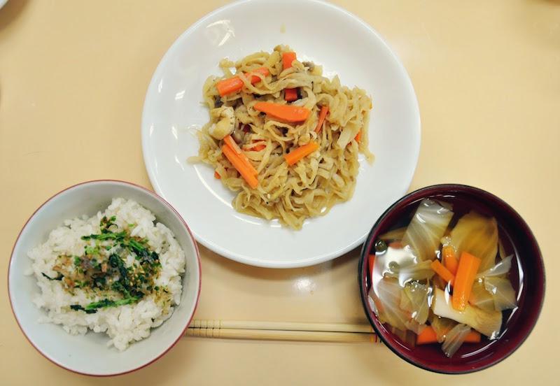 保育参加をすると大人も給食を食べられます。ある日の給食(大人用)。ふりかけご飯、たっぷり野菜のお吸い物、切り干し大根