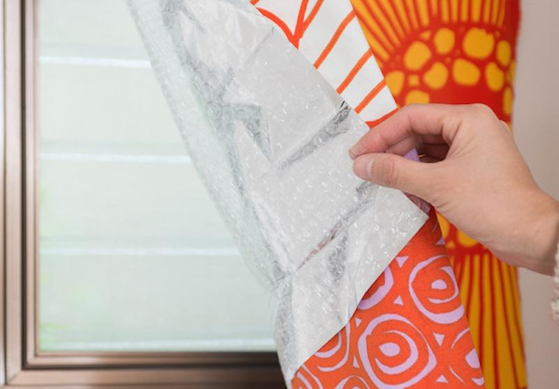 アルミシートは日光を通さないため昼間はカーテンを外し、入浴前に再びカーテンを取り付ける
