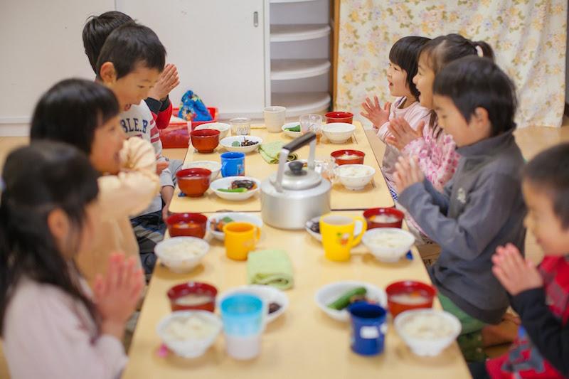 高橋エイジさん撮影。子どもたちの「いただきまーす!」が聞こえてきそうな一枚。