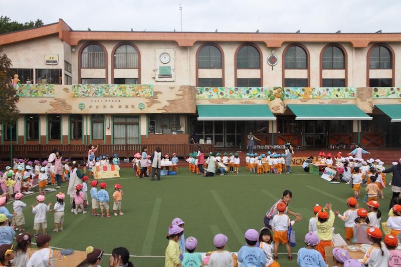 子どもたちが「広いお庭」と呼ぶ、柿の実幼稚園の園庭。取材日当日は「おみせやさんごっこ」が行われていた