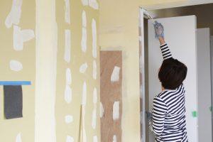 白いクローゼットの棚の周りの枠を白で塗ります。塗っているのは、森ノオトの清水朋子さん。今年からショセット建築設計室でもお手伝いいただいている(撮影:おおかわらあさこ)