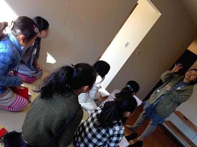 私の話を真剣に聞く子どもたち。テレビ番組の影響で建築に興味を持ったという(撮影:清水朋子)