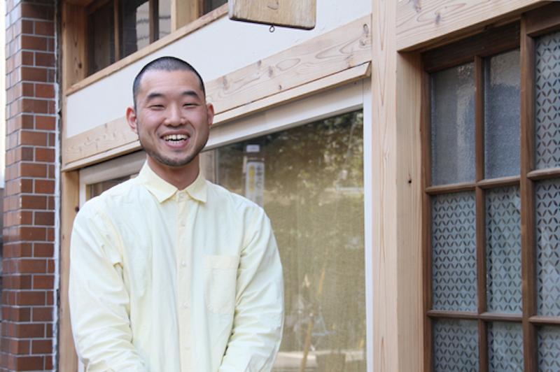 イイダ傘店の店主、飯田純久さん(36歳)。テキスタイルの絵柄から細かなパーツまでデザインするデザイナーであり、一本一本傘を作り上げる職人でもある